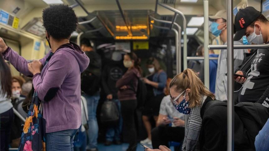 Movimentação no metrô de São Paulo, um dia após a flexibilização da quarentena na capital paulista (2.jun.2020)