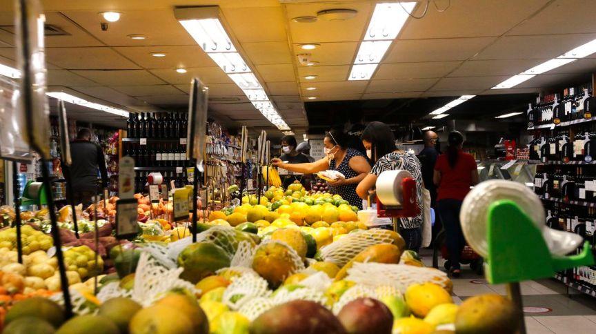 Clientes escolhem produtos em supermercado