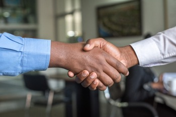 Breno Paquelet , autor de 'Pare de Ganhar Mal', e Sheila Shimada, professora de Direito Empresarial do Sebrae, explicam como fechar bons acordos