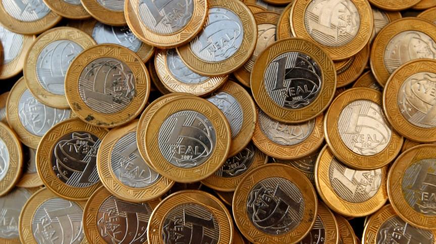 Moedas de R$ 1 empilhadas: CVM quer reduzir custos regulatórios dos fundos de investimentos