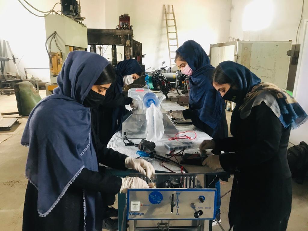 Garotas afegãs na cidade de Herat trabalham em ventilador pulmonar