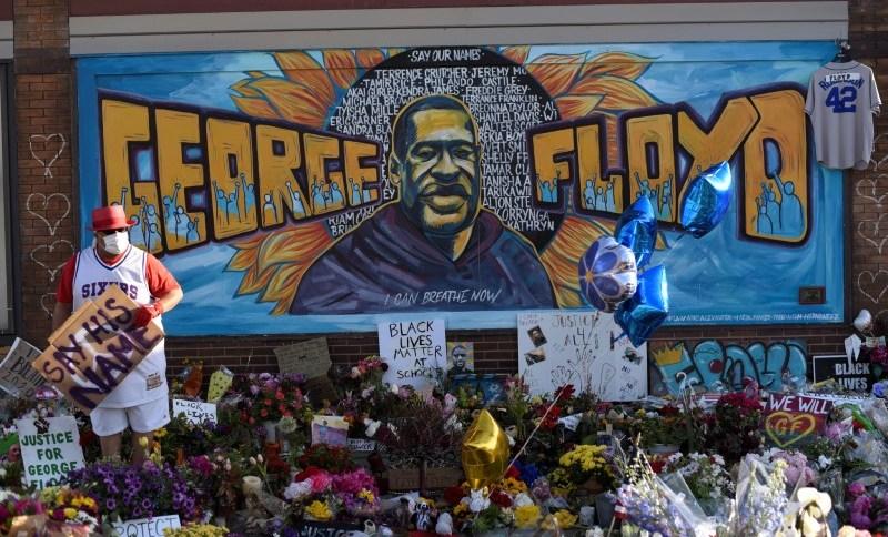Painel homenageia George Floyd em Minneapolis; proposta para desmantelar polícia da cidade foi adiada por mais 90 dias