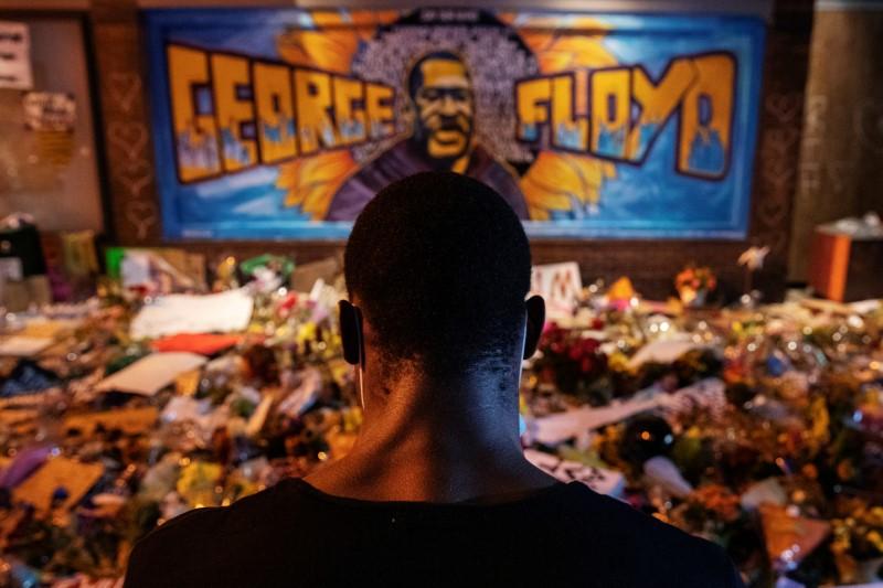 Homem em frente ao memorial para George Floyd, em Minneapolis