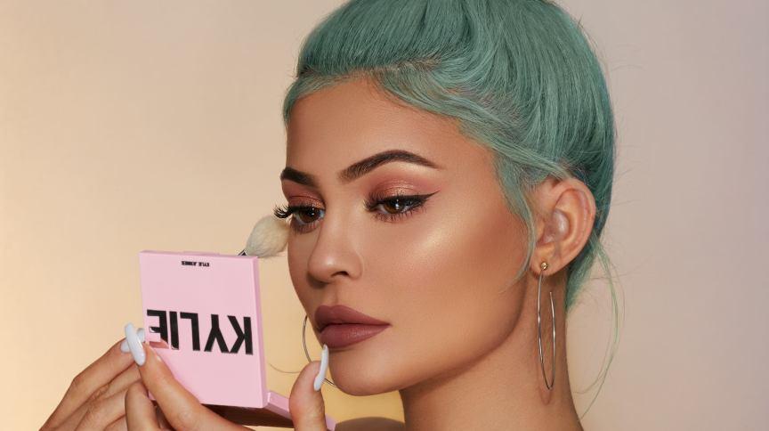 Kylie Jenner em foto usando produto de sua linha de maquiagens. Imagem da influenciadora foi arranhada após Forbes questionar seu patrimônio financeiro