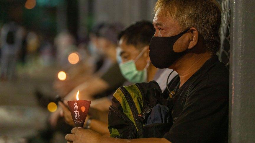Manifestantes acendem velas para marcar 31º aniversário do Massacre da Praça da Paz Celestial