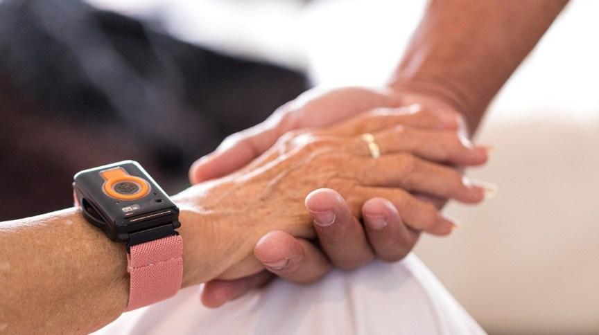 Vista de pessoa usando dispositivo de rastreamento para tratamento de saúde