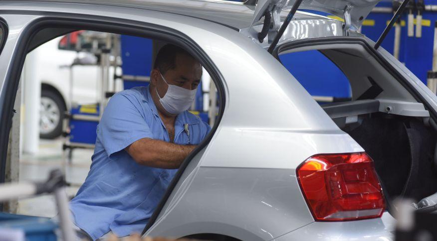 Trabalhador em fábrica da Volkwagen: montadora pode reduzir em até 35% no Brasil
