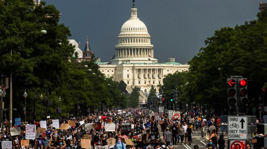Manifestantes fazem passeata no sábado (6) em direção à Casa Branca em protesto contra a morte de George Floyd