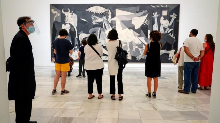 """Visitantes observam pintura """"Guernica"""", de Pablo Picasso, na reabertura do Museu Reina Sofia, em Madri"""
