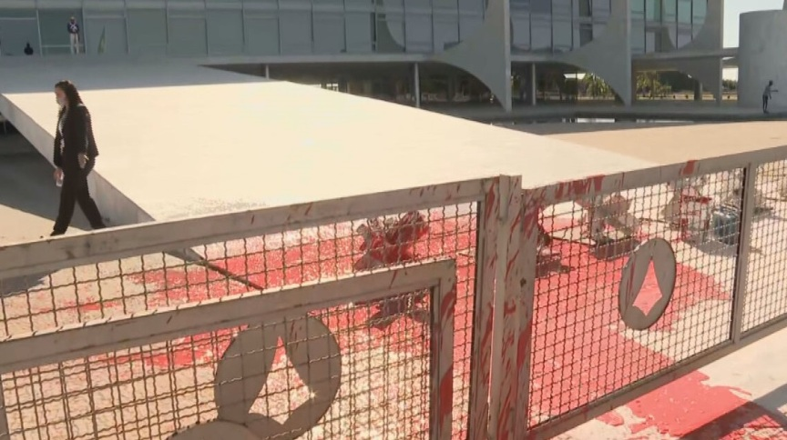 Rampa do Palácio do Planalto foi alvo de protesto com tinta vermelha