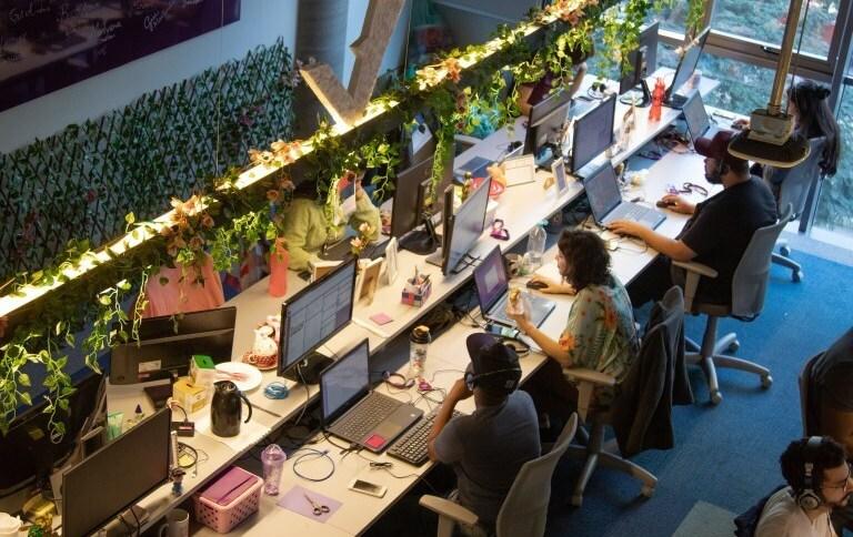 Funcionários em expediente no escritório do NuBank, em São Paulo