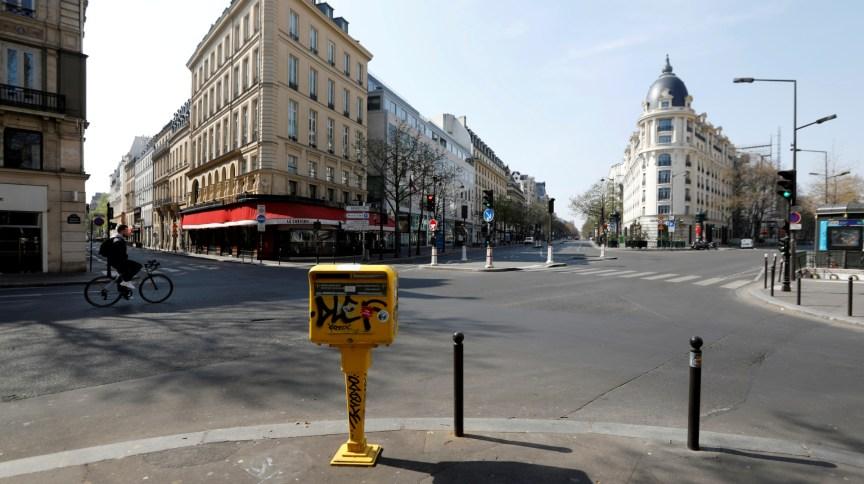 Ruas vazias em Paris durante quarentena do novo coronavírus