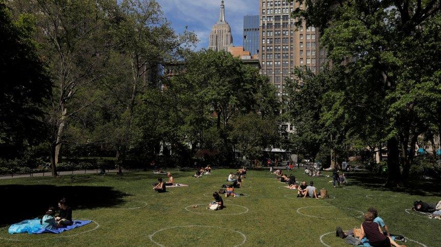 Círculos desenhados na grama para manter o distanciamento social no Madison Square Garden, em Nova York