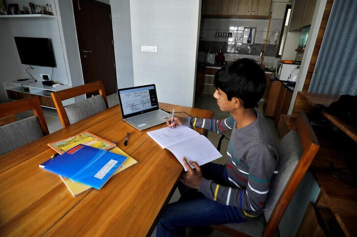 Um estudante assiste a uma aula online na cidade de Ahmedabad, Índia; realidade é distante para maior parte do mundo