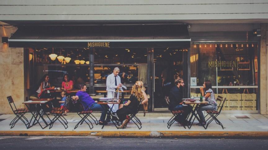 Entre as medidas para garantir segurança em restaurantes pós-quarentena estão a colocação de mesas em ambiente externo com distância de 2 metros entre uma e outra