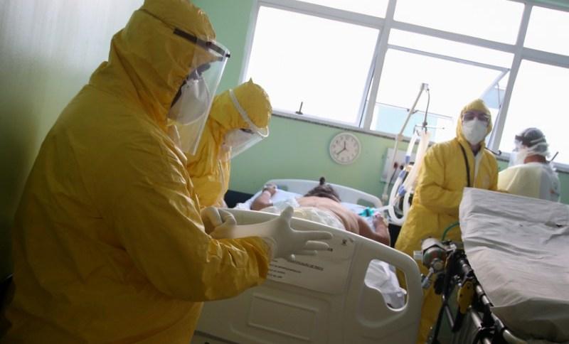 Enfermeiras preparam transferência do paciente em hospital de Santo André (SP)