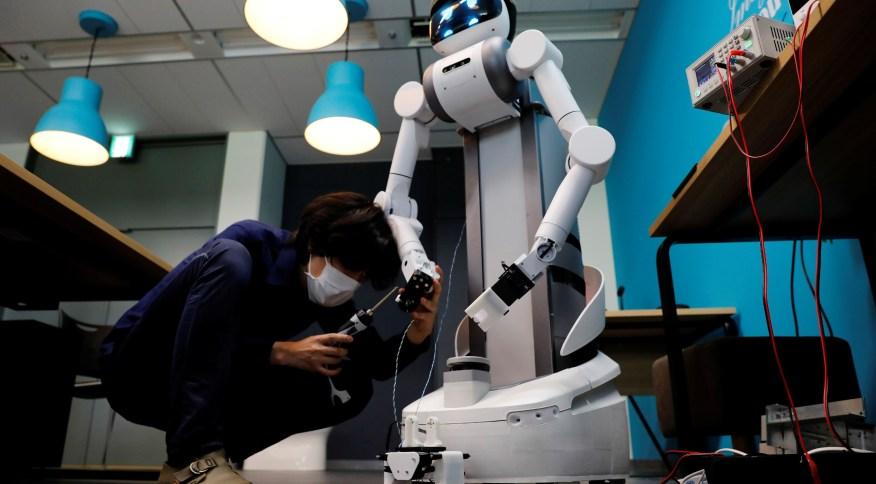 """Robô """"Ugo"""", da Mira Robotics, no laboratório da empresa em Kawaski"""