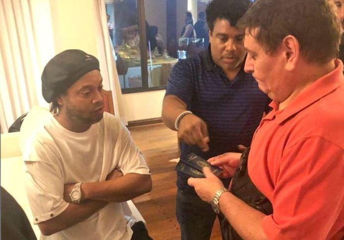 Ronaldinho Gaúcho e seu irmão, Roberto de Assis, são detidos por agentes da Guarda Nacional do Paraguai sob acusação de portarem passaportes falsos. A dupla foi abordada no hotel Yatch y Golf Club, em Lamaré, na Grande Assunção (04.mar.2020)