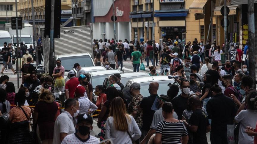 Movimentação intensa em lojas da Rua 25 de Março, área de comércio popular no centro de São Paulo, na manhã desta quarta-feira (10)
