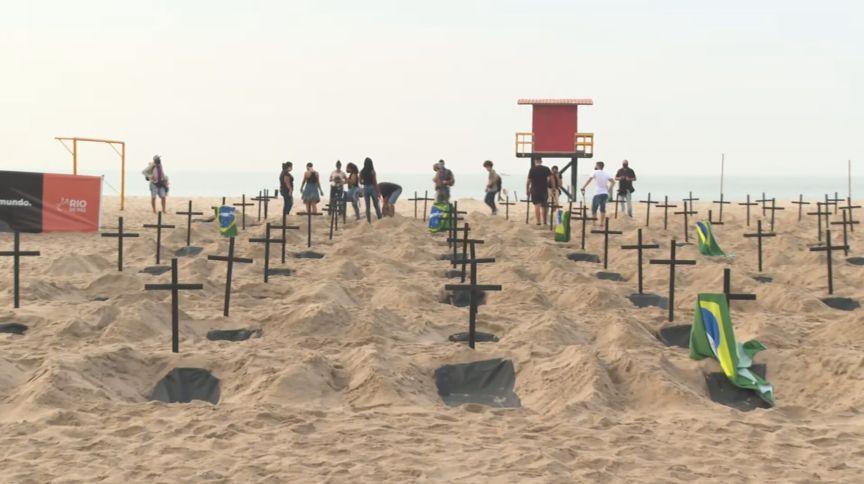 A ONG Rio de Paz protestou na Praia de Copacabana, contra as mortes por Covid-19