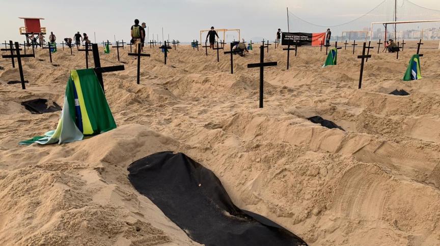 Manifestantes protestam em praia do Rio de Janeiro em homenagem aos mortos pela Covid-19. Estado teve maior taxa de mortalidade e de letalidade entre contaminados pelo novo coronavírus.