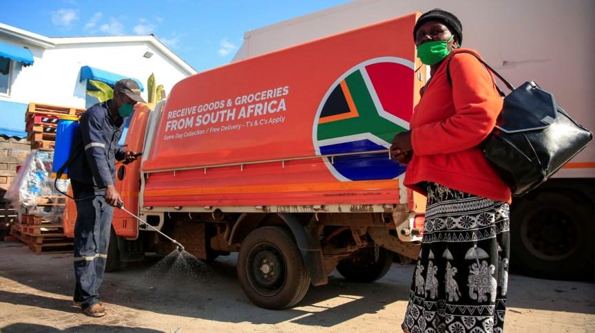 Mulher tenta comprar mantimentos em armazém de Harare, no Zimbábue, em meio ao lockdown imposto no país para conter a disseminação da Covid-19
