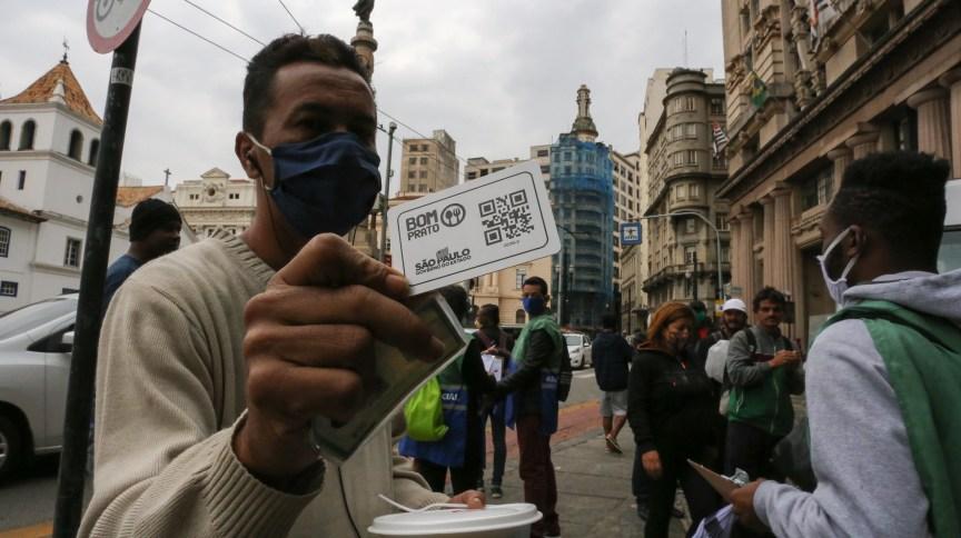 Durante a pandemia de Covid-19, cartão Bom Prato oferece refeições gratuitas para pessoas em situação de rua em São Paulo