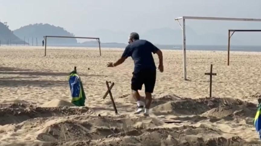 Homem ataca protesto da ONG Rio de Paz em memória das vítimas da Covid-19 na praia de Copacabana, no Rio