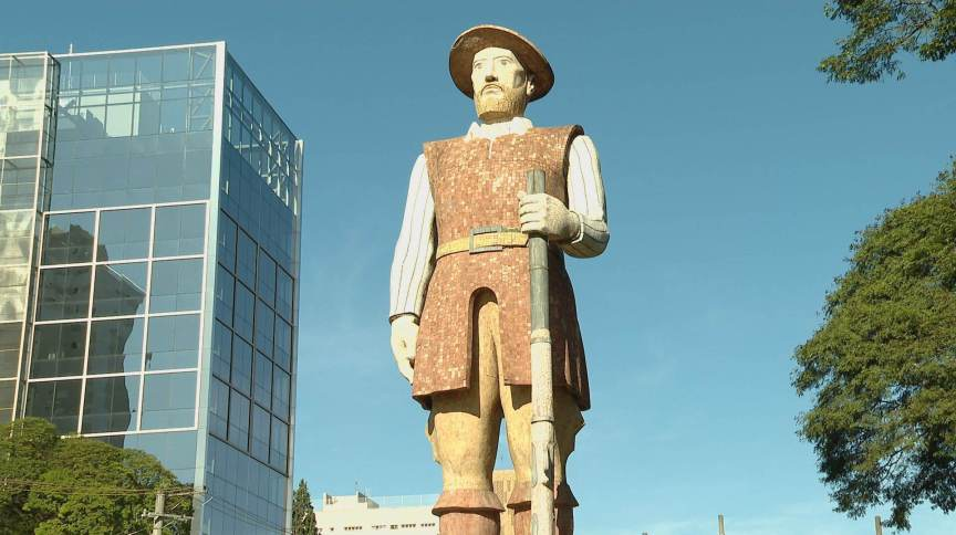 Estátua em homenagem ao bandeirante Borba Gato, na cidade de São Paulo (11.jun.2020)