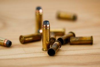 Levantamento feio pelo Instituto Fogo Cruzado mostra que ações policiais são o principal motivo dos jovens serem feridos por arma de fogo