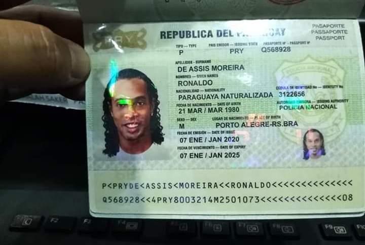Passaporte paraguaio adulterado usado por Ronaldinho Gaúcho ao entrar no país; ele e o irmão foram detidos em hotel na região metropolitana de Assunção
