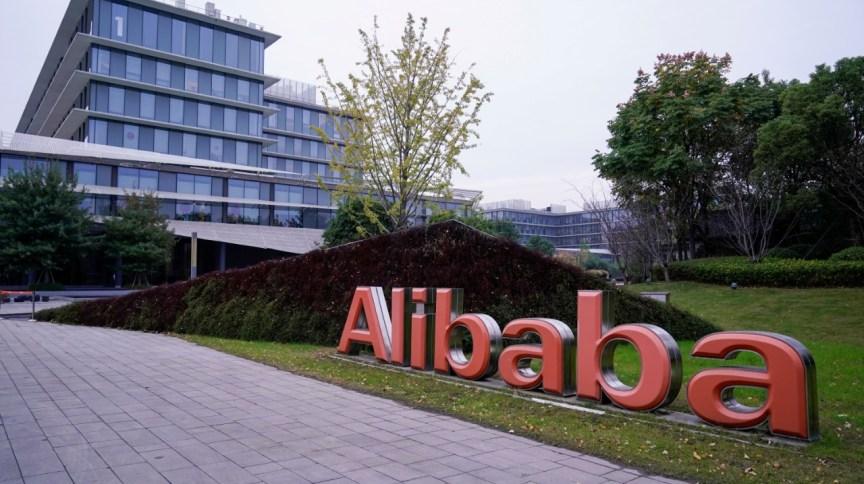 """Fachada do prédio do Alibaba: <span style=""""color: rgba(0, 0, 0, 0.85); font-size: 16px;"""">empresa anunciou que o Xiami Music terminará em 5 de fevereiro</span>"""