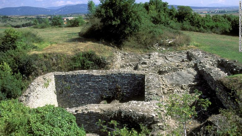 Gil e sua equipe alegaram ter encontrado os artefatos no sítio arqueológico romano Iruña-Veleia, perto da cidade de Vitoria-Gasteiz, no País Basco, Espanha.