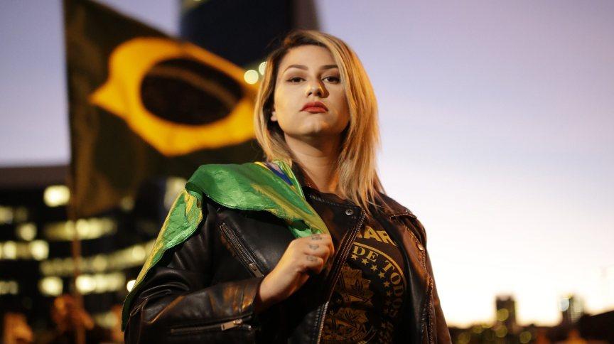 """Sara Winter, líder do movimento conhecido como """"300 do Brasil"""", durante ato a favor do presidente da República, Jair Bolsonaro"""
