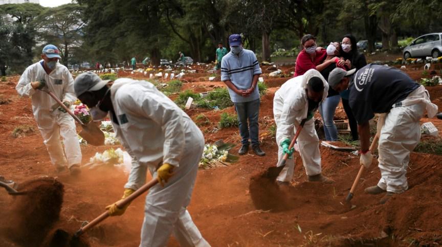 Vítimas da Covid-19 são enterradas em São Paulo; Fiocruz aponta queda de casos e mortes em 16 UFs