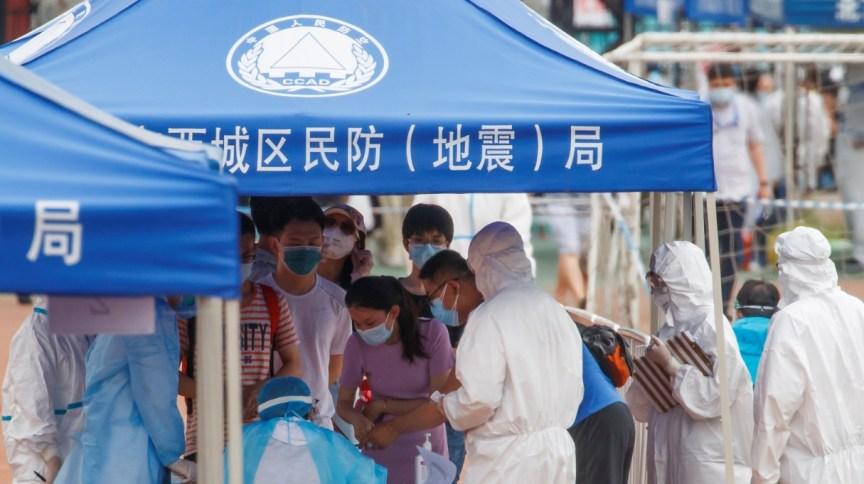 Pessoas fazem fila para serem submetidas a teste para Covid-19 em Pequim
