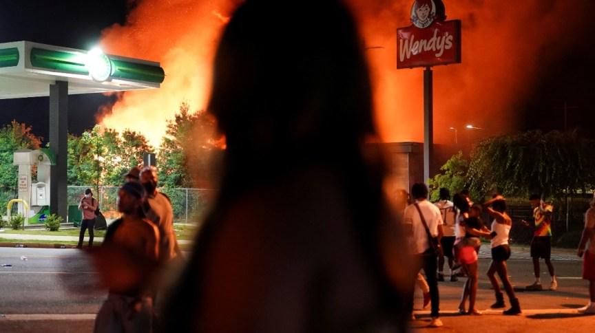 Após protestos, pessoas observam incêndio em loja da rede de lanchonetes Wendy's, em Atlanta