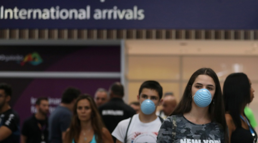Viajantes desembarcam com máscaras no Aeroporto Internacional Tom Jobim, no Rio de Janeiro (05.mar.2020)