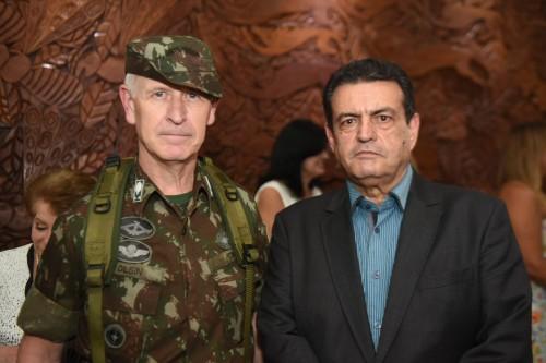 Foto de 2019 do então secretário de Segurança Pública do Amazonas, Louismar Bonates, com o general Algacir Antônio Polsin