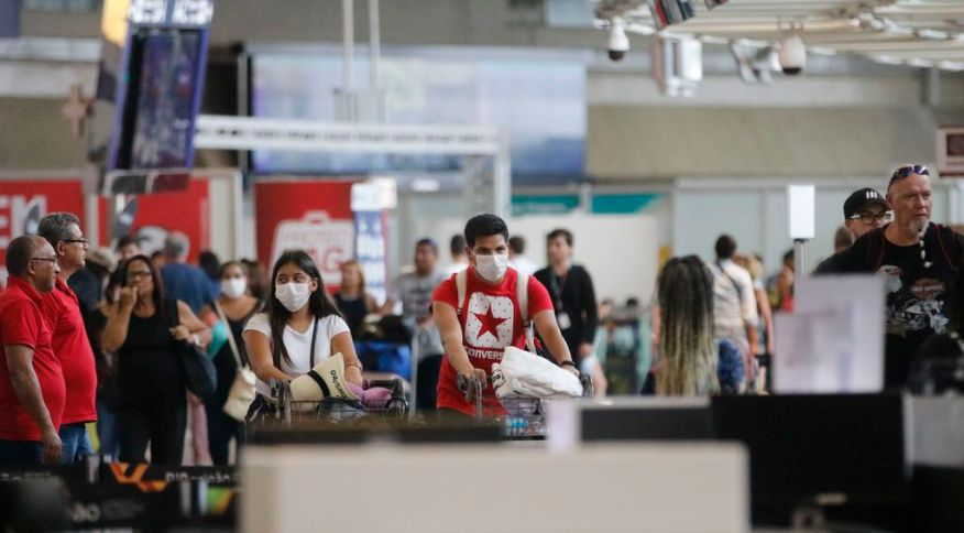 Passageiros e funcionários circulam vestindo máscaras contra o novo coronavírus no Aeroporto do Galeão, no Rio de Janeiro (29.02.2020)