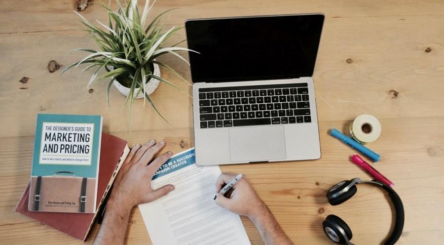 Empreendedor avalia plano de negócio: crise abre oportunidade para criação de novos negócios