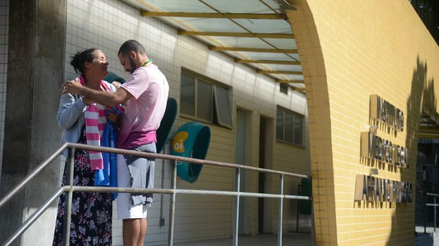 Parentes da jovem Maria Eduarda Alves da Conceição, de 13 anos, morta enquanto fazia aula de educação física na escola no Rio de Janeiro, em março de 2017