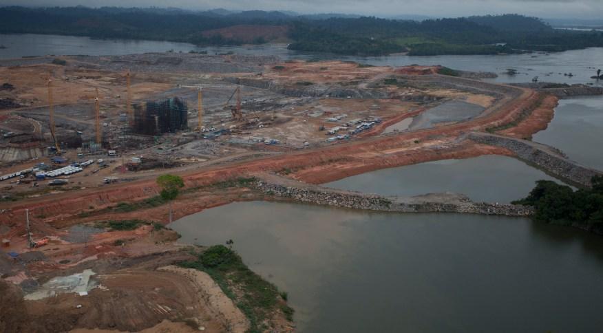 Barragem da hidrelétrica de Belo Monte durante a fase de construção da usina (23/11/2013)