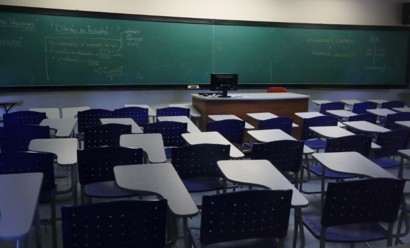 Sala de aula vazia em faculdade durante pandemia de coronavírus