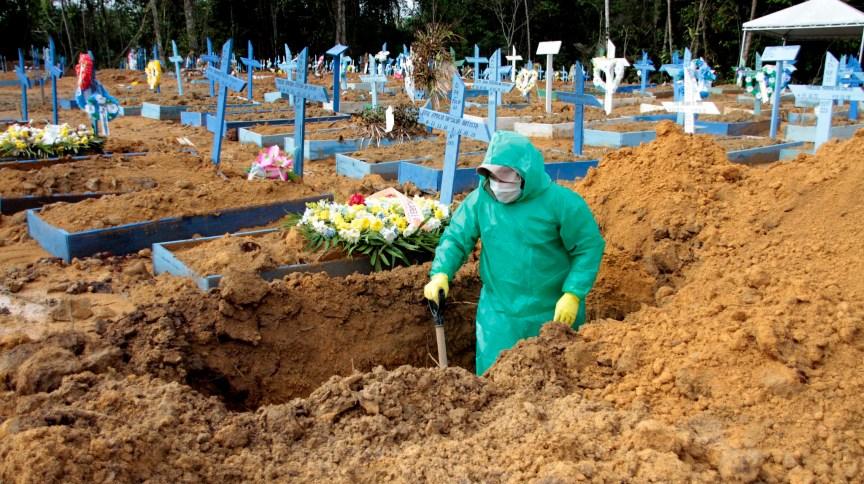 Funcionário cava sepultura em cemitério de Manaus
