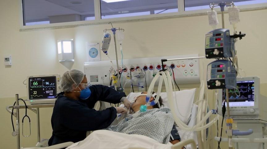 Enfermeira monitora paciente internado com Covid-19