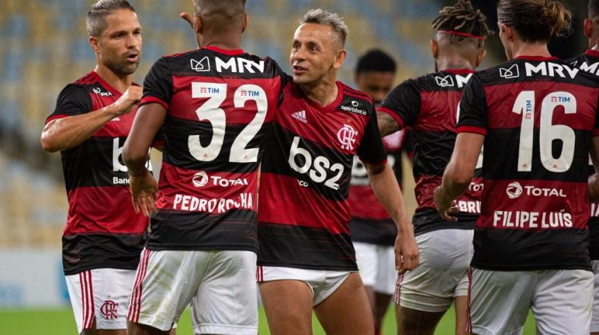 Jogadores do Flamengo festejam a vitória sobre o Bangu no retorno do futebol brasileiro após a paralisação pela pandemia