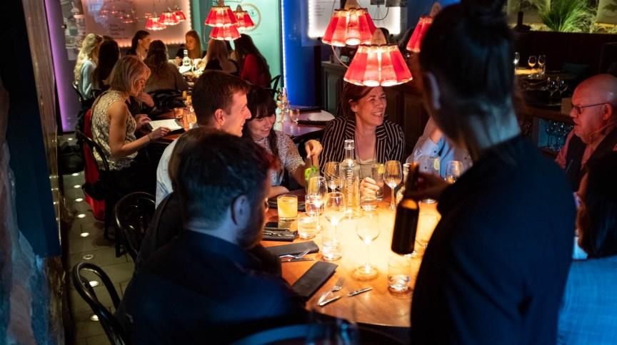 Confraternização em bar na Islândia