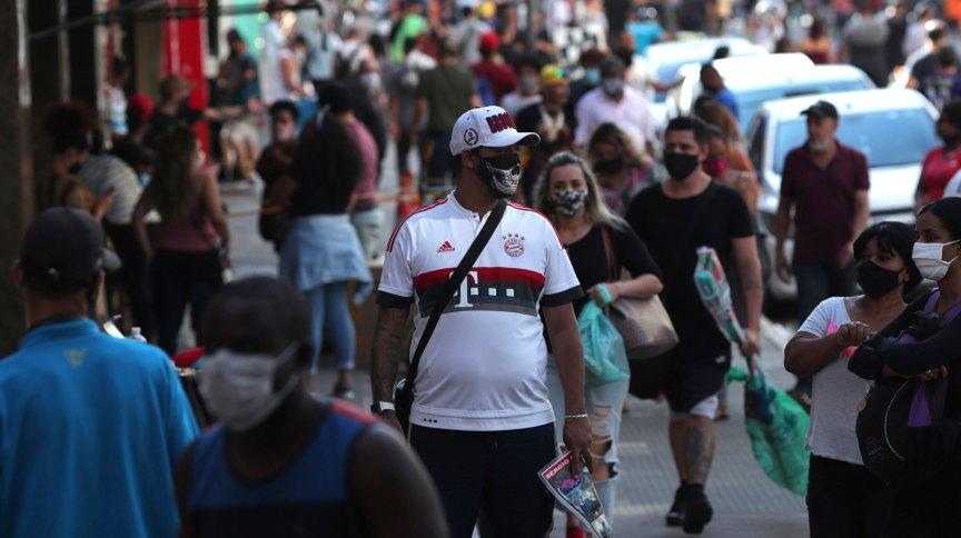 Pessoas com máscaras de proteção contra o coronavírus em região comercial de São Paulo
