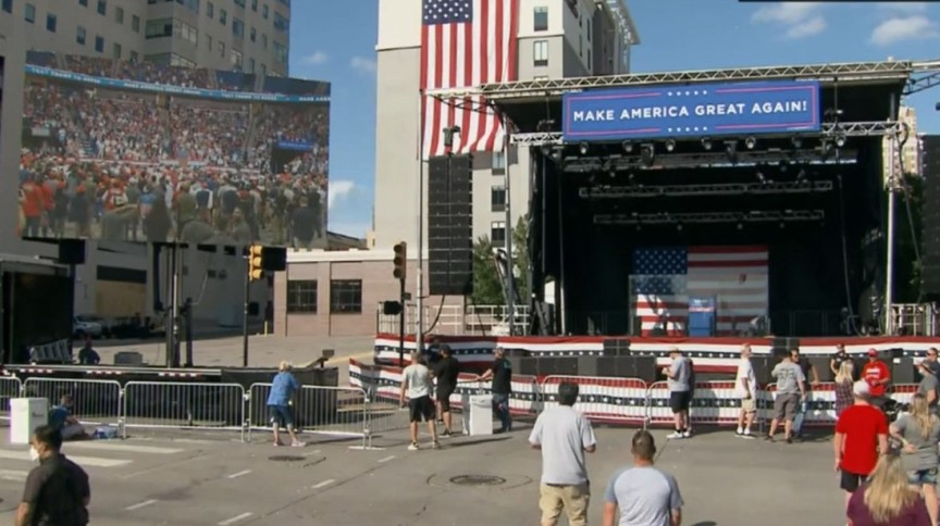 Pessoas em frente ao palco montado para discurso ao ar livre do presidente Donald Trump